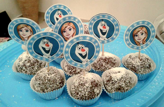 FREE Printable Frozen Elsa and Anna Cupcake Toppers at party.